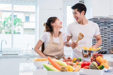 Tak Melulu Hubungan Intim, 5 Hal Ini Juga Bisa Bikin Pasangan Merasa Disayang, Lho!
